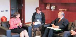 ベレジクリアンNSW州首相(左)と懇談する三村団長