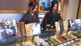 姉の綾乃さんと店頭に立つ龍也さん。従業員全員が、職人と販売員を兼務する。お客の声を直接聞くことで商品にすぐ反映することができるという