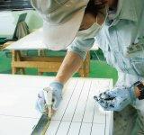 レーザーを使う前は、このように職人が一つ一つ手書きでけい線を引いていた