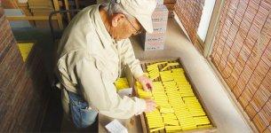 チョークを製造しているのは全国で8社。日本の学校は、ホワイトボードよりも黒板とチョークがまだ主流だという