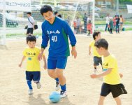 サッカー教室などを通じて被災地の子どもたちと触れ合っている小笠原選手