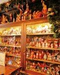 店内にサンタクロースの人形が並ぶ十字街銀座店