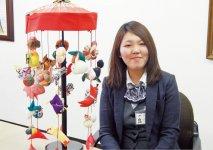 「細工物の形には一つ一つ意味があって面白いですよ」と傘福の魅力を語る酒田商工会議所の佐藤智美さん