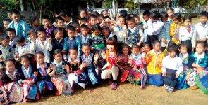 小学校を建設したカンボジアを訪問し、現地の子どもたちに歓迎される川嶋さん
