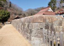 旧閑谷学校の校地を取り囲む総長765mの石塀。石を隙間なく組み合わせており、雑草が一本も生えていない