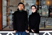 備前焼の窯元・一陽窯の木村肇さんと妻の敦子さん。店舗の奥には窯場と工房があり、備前焼の制作工程を見学できる