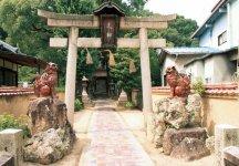 神門の屋根瓦、狛犬、参道、塀も備前焼でできている天津(あまつ)神社