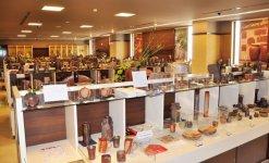 備前焼伝統産業会館では岡山県備前焼陶友会員の作品を展示販売している