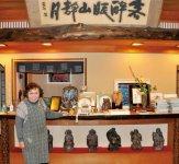 備前焼の器で地元の新鮮な魚が味わえる山本旅館の女将・岸本江美子さん