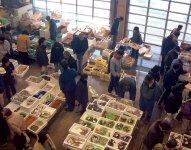 毎週日曜日の朝には伊里漁業協同組合が真魚市(まないち)を開催。水揚げされたばかりの鮮魚が手頃な価格で購入できる