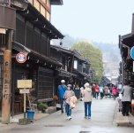 高山の名所「古い町並」は、常に多くの観光客でにぎわっている