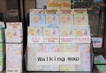 観光案内所に設置している「飛騨高山ぶらり散策マップ」。現在8カ国語・9タイプが用意されている