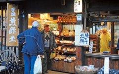 多くの観光客は、いろいろなお店を訪ねながらショッピングを楽しむ