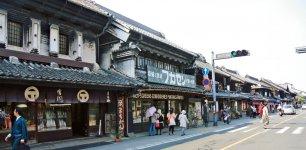 川越観光のメーンストリート、川越一番街商店街。景観は保たれ、訪れた人が江戸時代にタイムスリップしたような感覚になるまち並み