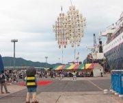 船が寄港するたびに地元の人たちが歓迎セレモニーを実施
