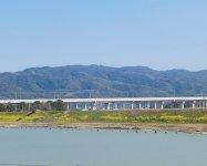 九州新幹線の向こうには、みやま市の清水山から連なる女山(ぞやま)が見渡せる