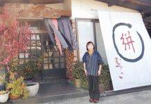 「久留米絣の魅力を多くの人に伝えたい」と話す久保睦子さん。「ギャラリーむつこ」には、全国のファンから届いた久留米絣の作品が数多く飾られている