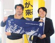 「多くの人に筑後のおいしい食を知ってもらいたい」と語る井上和宏さん(左)と筑後商工会議所の國武進一郎さん。「まかない飯グランプリで僕を見つけてくれた人には手ぬぐいをプレゼントします」(井上さん)