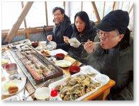 カキ食べ放題ツアーが外国人から人気を集めている