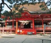 朱色に彩られた日御碕神社。厄除けや縁結びの御利益があるという