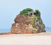 出雲大社の西にある稲佐の浜。国譲り、国引きの神話で知られる。また、神在月には全国の八百万の神々をお迎えする場所でもある