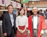 よみがえった神門通りで観光客を迎える坂根さん(右)、けんちゃん漬の成相由紀子さん(中央)と出雲商工会議所の石倉さん
