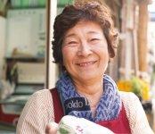 「これからも地元に愛される鯖寿司の味を守っていきたい」と笑顔で語る三代目の竹内裕子さん ©YURI NANASAKI