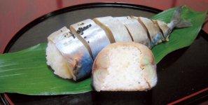 新鮮な鯖と地元の米を使用したオリジナルの鯖寿司。丸ごと1本の鯖でご飯を包むというボリューム感も人気
