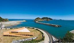 海の幸、海水浴、キャンプ、歴史を訪ねるまち歩きなど、さまざまな楽しみ方がある答志島。左下に見えるのが新たな島のランドマーク「ブルーフィールド」