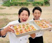 島の食材を生かしたイタリア料理づくりに取り組む若手料理人、中村友明さん(左)と橋本崇さん