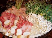 ぷりぷりのホルモンと野菜が、しょうゆ味のスープでたっぷり食べられる焼き肉店・千恵の「千恵鍋」。県外からも多くのリピーターが訪れる人気グルメだ