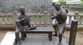 十返舎一九の『東海道中膝栗毛』刊行200 周年記念として建てられた、弥次さん(左)喜多さん(右)の銅像が写真スポットとして大人気