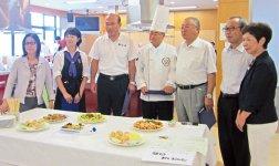 試食審査には西条商工会議所の伊藤剛吉会頭(右から3人目)も加わった。右端は岩間寿子会長
