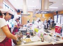 2~3人でチームを組み、試食審査に挑んだ参加者たち