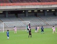 広いスタジアムで熱気あふれるプレーを見せる