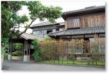 本社社屋。佐志生小学校校舎を移築したもの