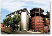 世界一の大きさを誇る醤油樽。1年中工場見学が多い