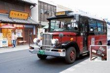 川越の観光名所を結ぶ、同社の「小江戸巡回バス」。レトロなボンネットバスが人気だ 路線バスの乗降口に設置された乗降センサー。カウントされた数値は車載CPUとWi-Fiアンテナによって、随時会社に転送される