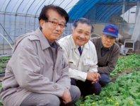 (右から)大杉実さん、やまと興業の小杉昌弘社長、静岡大学の藤安洋教授らが、平成12年8月にLED照射の実験をスタートさせた