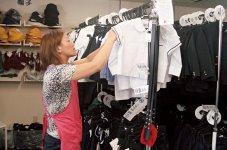 スタッフは全員が地元の主婦たちだ。商品管理も徹底し、愛情を込めて丁寧なケアを行っている