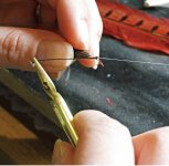 毛針は、長さ1cmほどの釣り針に、細かく割いた羽根を絹糸で巻きつけていく作業を黙々と続けて仕上げる。先端に金箔を貼った漆の玉をつけるのが加賀毛針の特徴。工芸が栄えた金沢ならではのもの