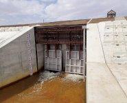 わずかな水位で自動的に開閉するので操作員が不要なうえ、操作遅れによる災害発生を防止。さらに、門柱も不要で、設置が簡易でローテク、しかも河川の景観にも優れているということで、従来の引き上げ式ゲートの代替え用として広く採用されるようになっていく。毎年、改良が重ねられ、精度もアップしている