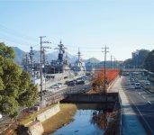 舞鶴は軍港として栄えた歴史を持つ。現在もまち中から海上自衛隊の護衛艦を見ることができる