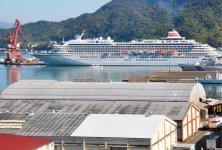 舞鶴港に寄港する「飛鳥Ⅱ」。今年度は過去最高の15回の大型クルーズ船寄港予定がある