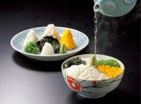皆美家伝の「鯛めし」は、そぼろにした鯛の身を、薬味と一緒にご飯に乗せ、秘伝の出汁をかけていただく