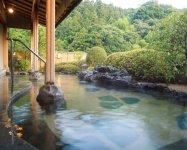 玉造温泉は、出雲風土記に「美肌と万病に効く」と記され、神の湯と呼ばれる(佳翠苑皆美)