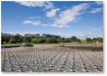 昭和50年8月に起きた石狩川の大洪水を契機として、泥炭性軟弱地盤に河川築堤を盛り土するため開発された軟弱地盤上の盛土安定工法「パイルネット工法」