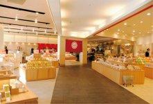 店内は数店の直営店がテナント方式で構成されている