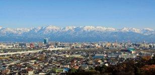富山市街の向こうに広がる立山連峰。別山(2880m)、浄土山(2831m)、立山(3015m)からなる立山三山や剱岳(2999m)などが勇姿を見せる