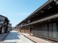 高岡鋳物発祥の地である金屋町。さまのこと呼ばれる千本格子の家と石畳が非常に美しい
